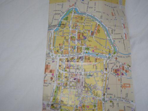 En orientant le plan avec l'est en haut on voit que le plan de la ville a la forme d'un bouchon de Champagne !