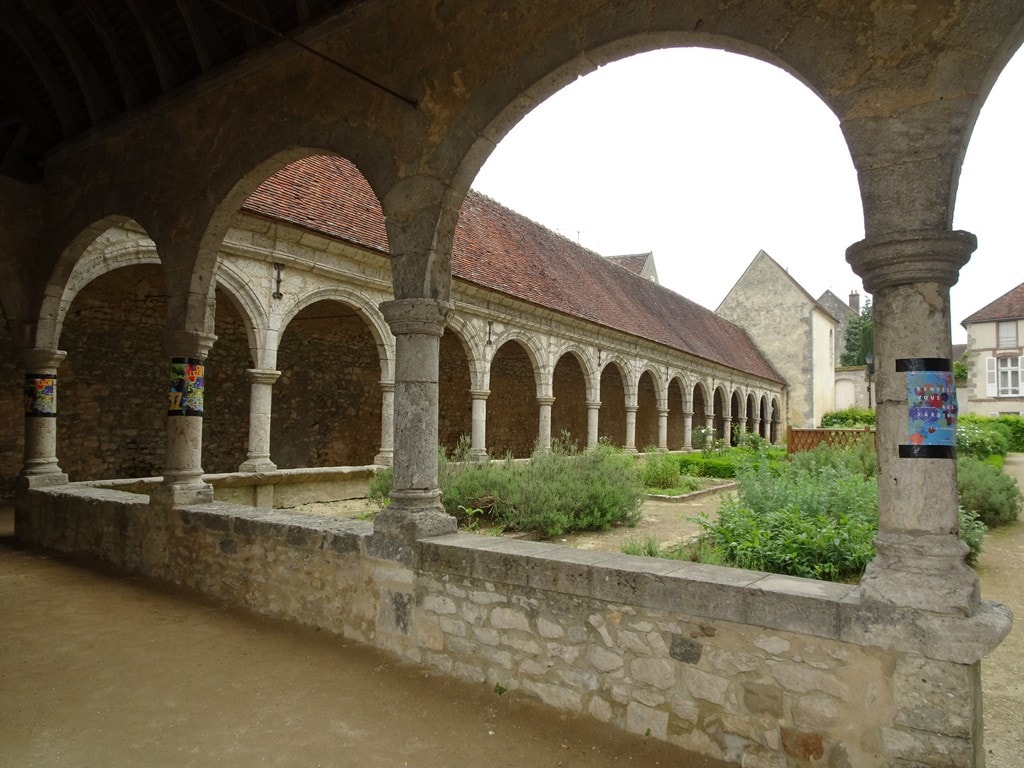 Le cloître de l'église de Donnemarie